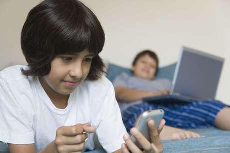 <p>Los padres también deben estar atentos a la tecnoadicción o uso desproporcionado e incontrolado de los dispositivos electrónicos por parte de sus hijos.</p>