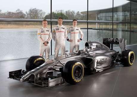 <p>Jenson Button, Kevin Magnussen (pilotos titulares) y Stoffel Vandoorne (piloto reserva) presentaron el McLarenMP4/29, que será completamenteplateado.</p>
