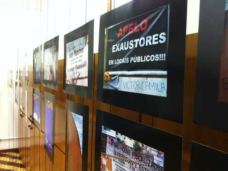 Exposição <i>Luto no Tapume - A Tragédia da Boate Kiss</I> reúne fotos dos cartazes com mensagens de luto afixados nos tapumes que cobrem a boate desde a tragédia, e que virou ponto de peregrinação na cidade
