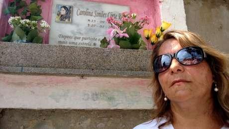 No Cemitério Municipal de Santa Maria, Clarice relembra a perda da filha, Carolina