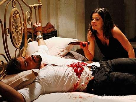 Aline (Vanessa Giácomo) engana Ninho (Juliano Cazarré) e o esfaqueia na cama