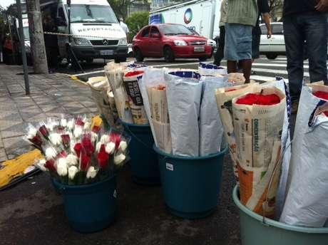 <p>Três vendedores de flores saíram de Caxias do Sul para ir até Santa Maria especialmente para a data</p>