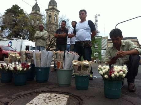 <p>Vendedores ambulantesreclamam da baixa procura por flores, mas garantem que não vãoficar no prejuízo</p>