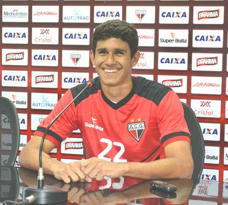 Victor Oliveira está jogando improvisado na lateral esquerda
