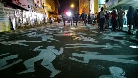 <p>As silhuetas representando as 242 vitimas da tragédia de Santa Maria foram pintadas em frente àKiss</p>