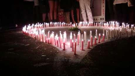 <p>Durante o ato que lembrou um ano do incêndio na Boate Kiss, 242 velas foram acesas em frente à casa noturna, representando cada uma das vítimas da tragédia</p>