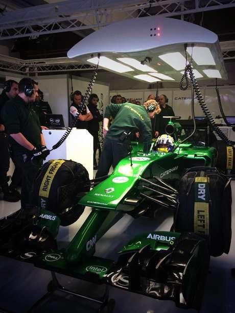 Carro da equipe terá asa ligada a carro por suporte