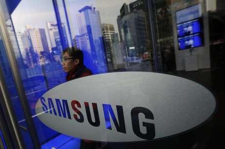 Um homem sai da sede da Samsung Electronics em Seul. A Samsung vendeu um recorde de 86 milhões de smartphones no quarto trimestre e ampliou sua vantagem sobre a Apple, mesmo após a empresa norte-americana ter alcançado uma nova alta nas vendas de seus iPhones, de acordo com dados da empresa de pesquisa Strategy Analytics. 06/01/2014