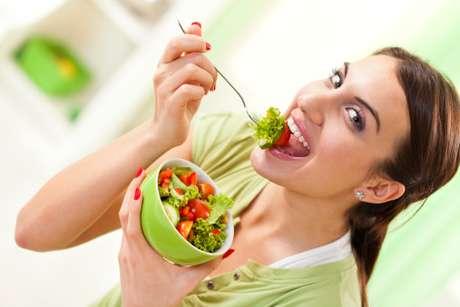 <p>3) Al nococer los alimentos, estos mantienen sus vitaminas y antioxidantes. Estos nutrientes son vitales en el proceso deobtención de energía.</p>