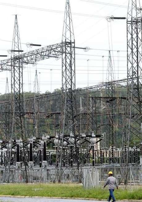 Um funcionário anda na hidrelétrica de Furnas em Minas Gerais. A Agência Nacional de Energia Elétrica (Aneel) aprovou nesta terça-feira a audiência pública para a minuta do edital do leilão da usina hidrelétrica Três Irmãos, hoje operada pela Cesp. 14/01/2013