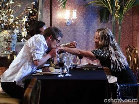 Amarilys (Danielle Winits) ainda recebe convite para morar com o casal gay