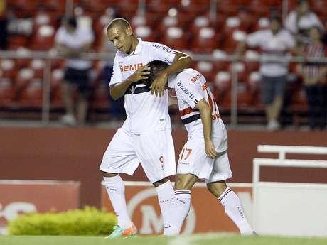 <p>Luis Fabiano e Oswaldo fizeram parceria que arrasou Rio Claro no primeiro tempo</p>