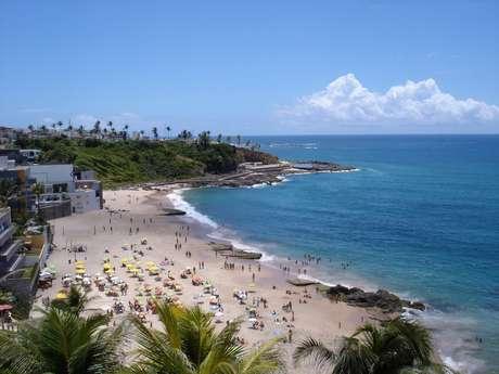 <p>Nas praias, dá para consumir cerveja dos vendedores com isopor e alugar cadeiras ou levar o próprio equipamento</p>