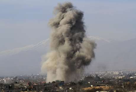 Nuvem de fumaça sobre Daraya após o lançamento de bombas por tropas do governo sírio