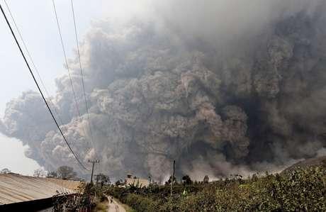 <p>O vulcão tem se tornando cada vez mais ativo nos últimos meses, expelindo regularmente colunas de cinzas de vários quilômetros para o ar</p>