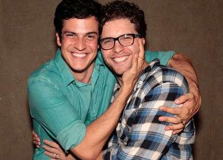 Mateus Solano e Thiago Fragoso se abraçam ao fim da novela