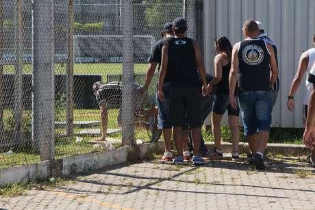 <p>Para Polícia Militar, torcedores corintianos entraram pela porta da frente do CT Joaquim Grava</p>