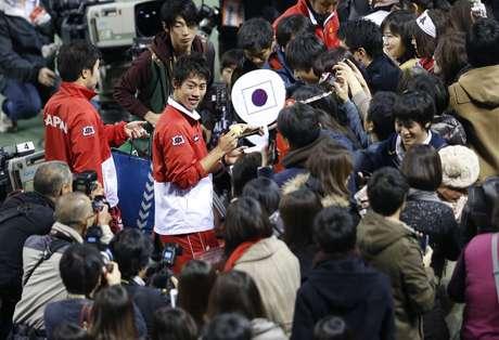 <p>Nishikori festeja com a torcida importante vit&oacute;ria na Copa Davis</p>