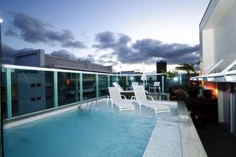 A piscina, localizada no segundo andar, conta com deque molhado. As cadeiras são feitas de alumínio, que não enferruja