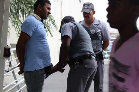 Policiais adotaram a tática de abordagens, recolhimento de documentos e revista, com uso de arma de fogo