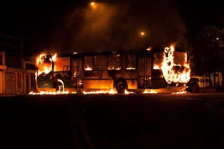 Quatro homens pararam o coletivo, pediram os passageiros descerem e atearam fogo no ônibus em Cidade Ademar