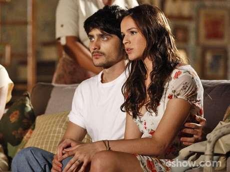 Helena (Bruna Marquezine) conta que está grávida de Laerte (Guilherme Leicam) e família resolve casar os dois rapidamente