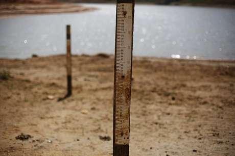 <p>Marcadores indicando onde o nível da água alcançava, vistos na represa de Jaguary durante um longo período de seca em São Paulo</p>