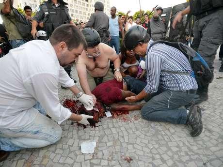 <p>Um cinegrafista da Band ficou ferido depois que uma bomba estourou ao lado dele. Ele foi encaminhado ao Hospital Souza Aguiar</p>