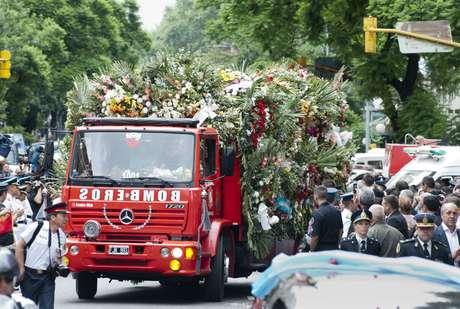 <p>Se trata de los cuatro bomberos de la Policía Federal que perdieron la vida ayer durante un incendio en un depósito de Barracas. El cortejo llegó a las 17.05 al cementerio de la Chacarita, donde serán sepultados los restos.</p>