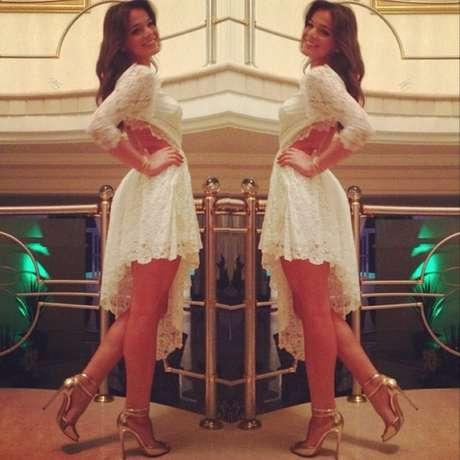 <p>Bruna Marquezine escolheu vestido assimétrico de renda de Lethicia Bronstein para passar o Réveillon e postou a foto no Instagram</p>
