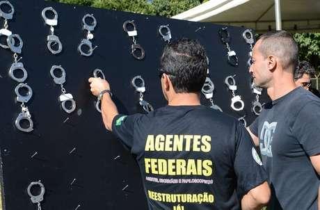 Policiais federais penduram algemas em protesto por aumento salarial