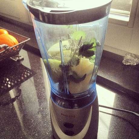 Carol Celico ensina receita de suco verde no Instagram