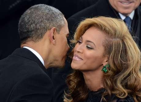 Barack Obama cumprimenta a cantora  Beyoncé  após ela cantar o hino nacional americano durante evento no Capitólio  em janeiro de 2013