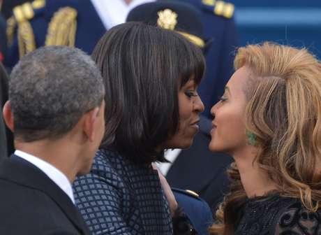 <p>Cantora Beyonc&eacute;&nbsp;cumprimenta Michelle Obama durante cerim&ocirc;nia no Capit&oacute;lio, em janeiro de 2013</p>