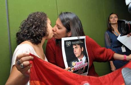 """Grupo de cinco mulheres promoveu um """"beijaço"""" nas dependências da Câmara dos Deputados"""