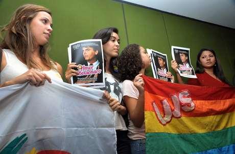 """Ativistas levaram cartazes a deputados nos quais pediam """"mais amor, menos Bolsonaro"""""""