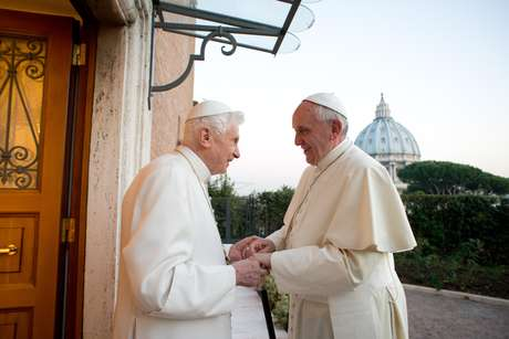 23 de dezembro de 2013: Papa Emérito Bento XVI recebe o Papa Francisco e os dois trocam saudações de Natal, no Vaticano
