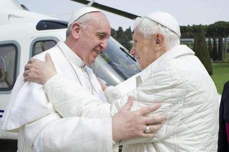 <p>23 de março de 2013: Papa Francisco abraça o Papa Emérito Bento XVI quando ele chega à residência de verão Castelo Gandolfo</p>