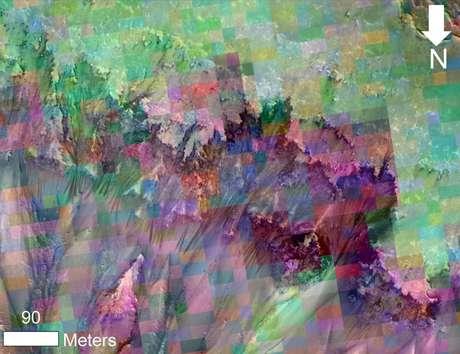 <p>Esta imagem combina fotografia das marcas escuras que aparecem sazonalmente no solo do planeta com uma grade de cores com base em dados coletados por um espectrômetro de mapeamento mineral da mesma área</p>