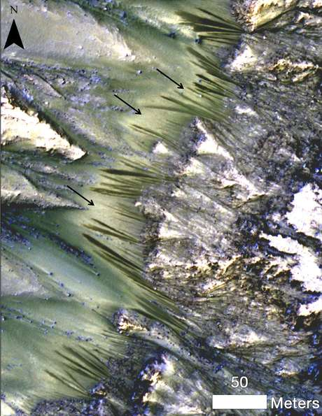 <p>Marcas escuras aparecem em cratera do solo de marte em foto de alta resolução tirada por satélites da NASA que orbitam o planeta</p>