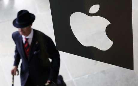 Apple perdió el lunes su más reciente demanda por suspender las tareas de un supervisor designado por una juez para que la compañía cumpla con las leyes antimonopolio en Estados Unidos, después de que un tribunal de apelaciones federal rechazó el argumento de que su trabajo provocaba daños irreparables a la empresa. Imagen de archivo de un hombre pasando ante una tienda de Apple el día de su inauguración en Covent Garden, en Londres, en agosto de 2010.