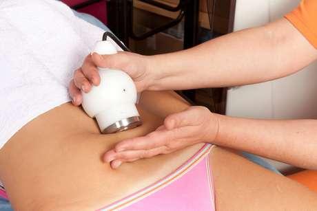 De forma relaxante e totalmente indolor, o aparelho utilizado provoca contrações musculares leves, por meio de correntes elétricas de média e baixa frequência