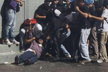 Três pessoas morreram em protestos de oposição ao presidente Maduro. Há informações de acesso fechado a Caracas