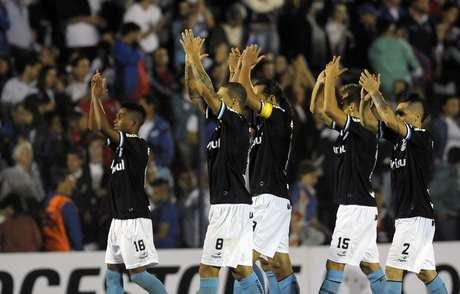 <p>Jogadores do Grêmio agradecem apoio da torcida fora de casa; time brasileiro venceu Nacional, do Uruguai, por 1 a 0</p>