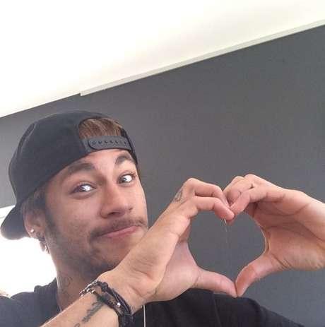 Neymar faz coração com as mãos no Valentine's Day