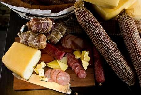<p>Tábua de frios inclui queijo colonial produzido no RS</p>