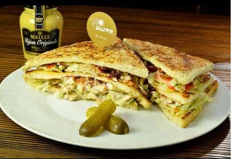 Sanduíche servido no 210 Diner