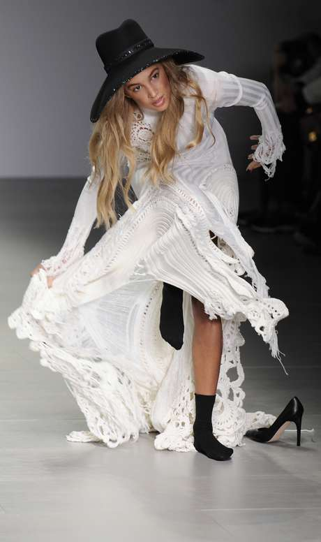 <p>Uma modelo se atrapalhou com os recortes da barra do vestido e tropeçou durante o desfile da grife Siblingna semana de moda de Londres, na manhã deste sábado (15)</p>