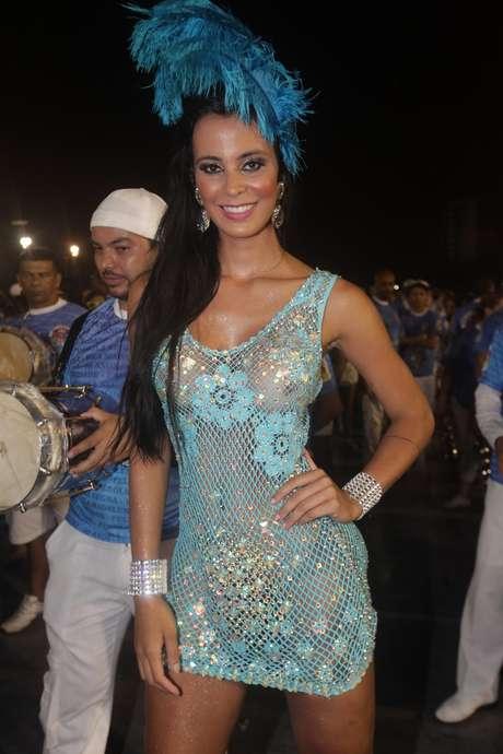 6e1d624751ff Lorena Bueri usa vestido transparente em ensaio de Carnaval