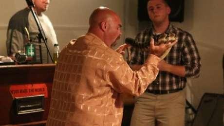 O pastor Jamie Coots durante manipulação de cobras